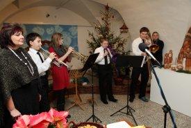 Fotografie z vánoční vernisáže výstavy Vánoce z proutí a krajky
